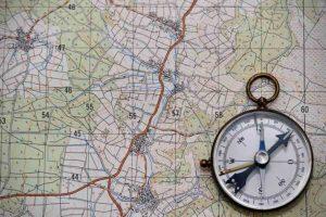 Cursos de supervivencia y bushcraft. Leer mapas y brújula